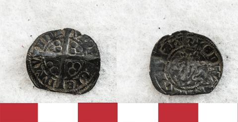 FRA NØTTERØY: Denne sølvmynten, en så kalt Long Cross penny (1247-1279), er et av mange fine funn som Kulturarv i Vestfold fylkeskommune har fått inn og nå levert videre til Kulturhistorisk museum. Mynten er funnet av André Bøe på Nøtterøy. Flere funn kan du se i bildeserien lenger ned i saken.