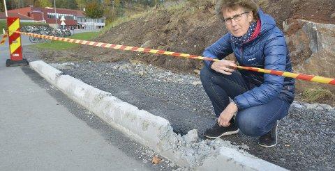 Hærverk:  Rådgiver Liv Strand ved betongkanten som ble ødelagt.