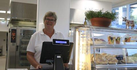 Lang fartstid: Helbjørg Foss (58) har jobbet i kantina på Holt landbruksskole i nesten førti år. Nå som hun har fått nytt arbeidssted må hun begynne å kjøre bil til jobb, det kan hun ikke huske sist hun gjorde. Foto: Marianne Stene