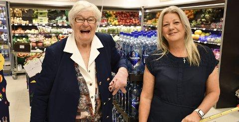 Gode venner: Margot Nesland (til venstre) er glad i å handle på Joker hos Hilde Bjorå Wiik.