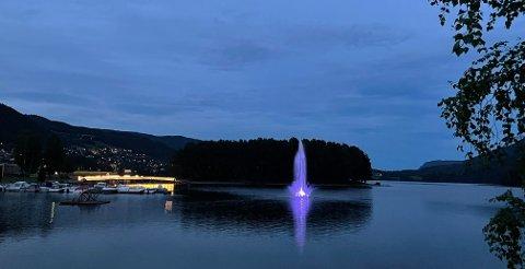 STRANDEFJORDEN BY NIGHT: Fontenebelysningen tar seg flott ut når kvelden blir mørk nok. Bildet ble tatt kl. 23.30 natt til onsdag, og både brua over til Vesleøya og fontenebelysningen er et flott skue.