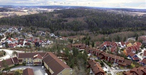 KOLSTAD: Foran ser vi Skorkeberg. I bakgrunnen Kolstad som skal bebygges med 730 boliger. FOTO: Pål Brikt Olsen