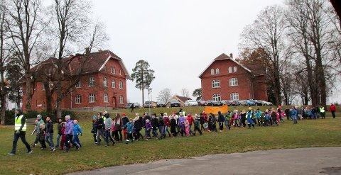 Åsgård-elever går i demonstrasjonstog mot deling av elevene.