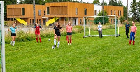 Her er noen av Nordby-jentene på frivillig søndagstrening. Den ekstra treningen er lagets hemmelige våpen.