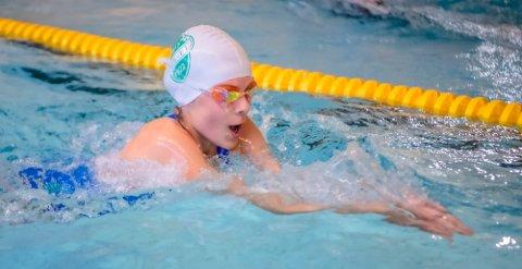 Nora Sophie Olsen Raja (12) finpusset her teknikken på brystsvømming i Nordby svømmehall på torsdag. Allerede fredag reiser hun til årsklassestevnet Zeekit LÅMØ i Holmen svømmehall i Asker hvor det står fem distanser på programmet.
