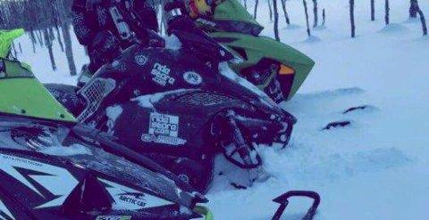 Det er den sorte snøscooteren i midten som er stjålet. Politiet ønsker tips fra personer som kan ha sett noe.