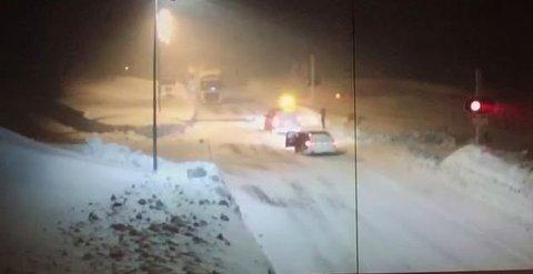 Etter å ha brutt opp bommen sør for Saltfjellet, og passert en brøytebil, brøt de to bilene opp bommen også på nordsiden på Sørelva. Foto: Kjønnås Stian