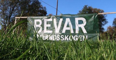 MOTSTAND: Alle som kjem til Tengesdal sørfrå via fylkesveg 51, får ei påminning om at mange er imot planane om å etablera ein næringspark for kraftkrevjande industri i Hetlandsskogen - med dei konsekvensane dette får både i skogen, på Tengesdal og elles i nærområdet.