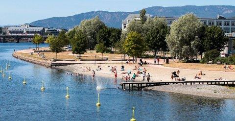 COPACABANA? Denne sommeren blir spesiell, trolig får ingen utenlandske turister komme til Drammen eller resten av Norge i år. Her fra en varm sommerdag på Bystranda, som Geir Dahl i Visit Drammen sammenligner med Basils kjente strand Copacabana.