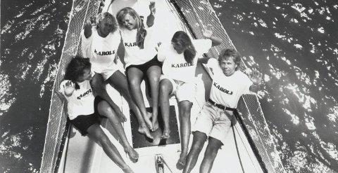 Karibisk sol på folk og fordekk. Late dagar til dundrande raggaemusikk, masse folk og lange sandstrender. Til høgre båteigar Oddvar Svalheim og i midten Else Gro Ommundsen. Privat foto.