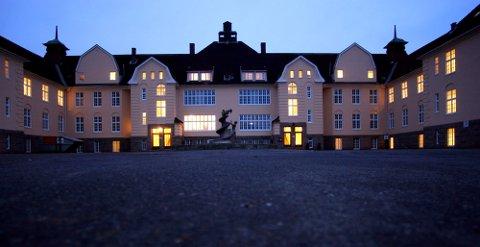 Staselig: Sykehuset Østfolds psykiatriavdeling holdt til her på Veum fra 1914 til 2015. Nå ønsker eierne å gjøre om hovedbygningen til seniorleiligheter.