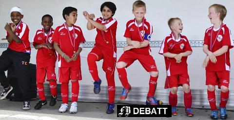 Det bobler av felles opplevelser, humør og samhold på dette bildet fra premieutdelingen på Trosvik IFs fotballcup i slutten av mai 2014. Guttene på bildet ikke er omtalt i kronikken.