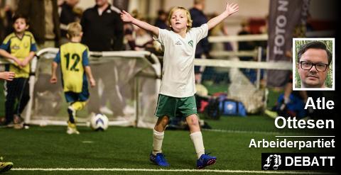 Atle Ottesen skriver at kommunen oppfyller et ønske fra idretten når den leier fotballdelen av Østfoldhallen. Bilde fra en barneturnering.