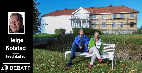 Sommeren 2017: Gaute Jacobsen og Tove Thøgersen   ved Fredrikstad Museum er fornøyde med de nye fargene som er valgt til Elingaard. Nå slår museets venner alarm: – Kommunens bidrag til museet er ikke bare til museumsutstillingen, men også til bevaring av kommunal eiendom!