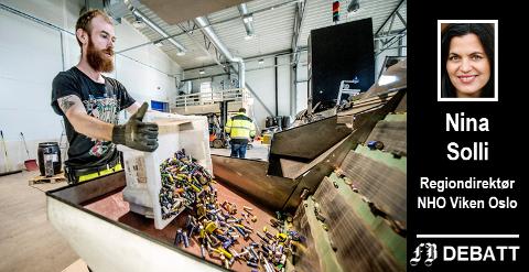 René Olsen tar seg av sorteringen av batterier ved Batteriretur på Øra. Bedriften tenker nytt og skal i tiden framover ta imot batterier fra elektriske biler.
