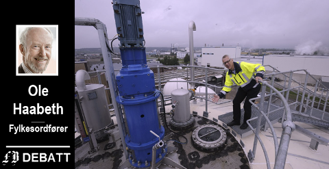 Frevars anlegg på Øra forsyner de rundt 100 biogassbussene i Nedre Glomma. På bildet ser vi direktør Fredrik Hellström på en av de store tankene der metangassen dannes i råtneprosessen.