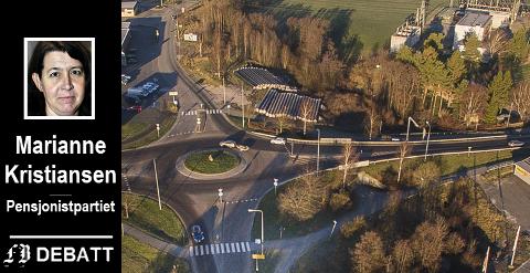 Bomstasjonene er på plass – på bildet av rundkjøringen ved Råbekken ser vi bomstasjonen på Rv 109 like før rundkjøringen for kjørende fra Sarpsborg-siden.