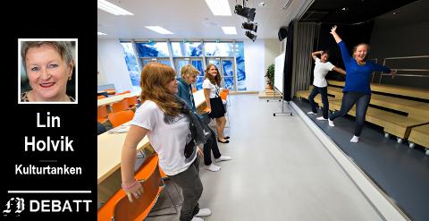 Valget falt på Vestbygda ungdomsskole da kulturministeren ville ha råd. På bildet fra åpningen av skolen i august 2012 ser vi tidligere elever ved skolen vise ambisjoner for  scenekunst.