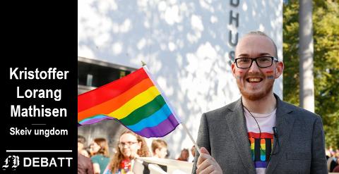 Kristoffer Lorang Mathisen med regnbueflagg – her i Fredrikstad Pride-paraden.
