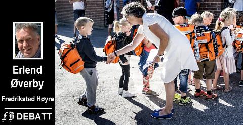 Høyre vil at alle nyutdannede lærere skal få en erfaren mentor de første årene. På bildet ser vi Kari Rikheim ønske velkommen til skolestart.
