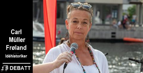 Helga Aakre under markeringen av Fredrikstad Mangfold.  Carl Müller Frøland skriver i sitt innlegg at hun fremstår som en illiberal forkjemper for storstilt ensretting.