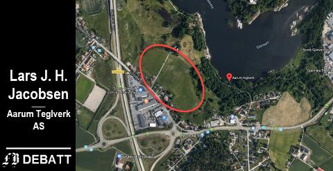 Området merket med rød skal brukes til landbruk, fastslo bystyreflertallet i Fredrikstad. Lars J. H. Jacobsen raser fordi fordi planene om næringsutbygging overraskende må skrinlegges. Aarum Teglverk, avviklet i 1951, lå nede ved elven.