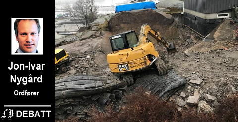 Almgren har selv tatt dette bildet av graving og sprenging der naboen på Lundestadtoppen skal bygge garasje. Kommunen ser ikke noe galt i det som er gjort.