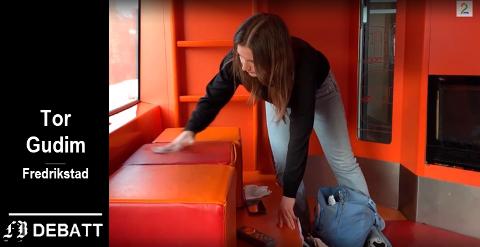 TV 2s reporter i arbeid med å sjekke renhold og bakterienivå på ett av togene.