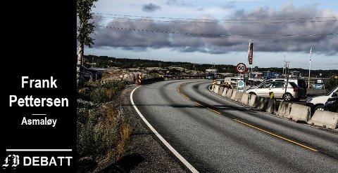 I enden av denne svingen på fv. 108 ved Stokken Marina (på høyre side) blir det et krysningspunkt for fotgjengere og syklister. Siljeholmen ligger utenfor venstre bildekant. Frank Pettersen ser ikke behov for lyskryss her.
