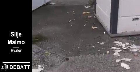 Søppelcontainer på Skipstadsand med søppel som er klart til å blåse videre med neste sommerbris.