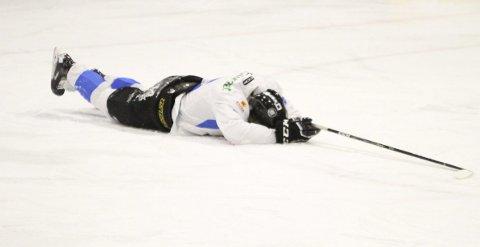 SLÅTT UT: Casper Santanen måtte ned for telling tidlig sammen med Narvik. Selv om Niko Eronen sine gutter kommer mer inn i kampen ble det tap. Foto: Sofie Kitterød