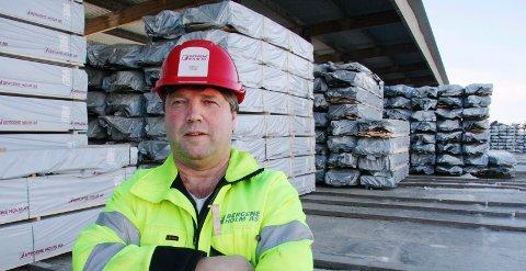 HÅPER: Fabrikksjef Simen Fjeld ved Bergene Holms avdeling på Skarnes håper på regn, og at tømmeravvirkningen skal normalisere seg.