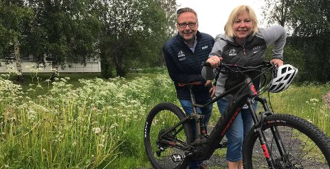 Daglig leder Eirik Torbjørnsen og sportssjef Sølvi Amundsen Aas ønsker EL-sykkelen velkommen til Birken.