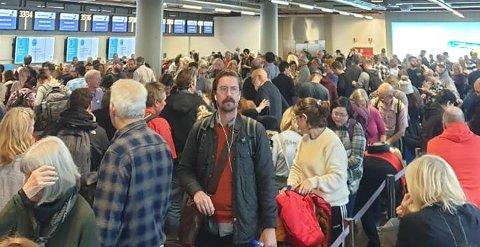 MANGE BLE RAMMET: Været førte til at mange passasjerer ble rammet på Keflavik internasjonale lufthavn i helga. Foto: Torgeir Lysholm Dybvig