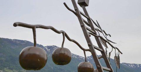 Torgplass: Bygdeplassen på Nå vert torgplass laurdag. Då kan ein mellom anna nyta både smijernseple og ekte og etande og velduftande Hardangereple. Arkivfoto: Mette Bleken