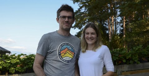 Endeleg! Elisabet Hesvik og Nick Horrell gler seg over at det er rørsle i prosessen for å kjøpt tomt i Ullensvang kommune. Foto: Mette Bleken