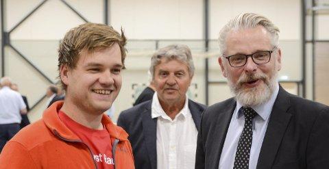 Smilte etterpå: Andreas Jacobsen (Rødt) og Gard Folkvord (Ap) etter at kommunestyret hadde behandlet sak om biogassanlegg i Jondal. – Vi er for at det skal etableres biogassanlegg i Ullensvang, men mot plasseringen. – Du kan stole på at Rødt sier de er for noe de er imot, mener Folkvord. I bakgrunnen Trygve Bolstad (Ap). Foto: Ernst Olsen