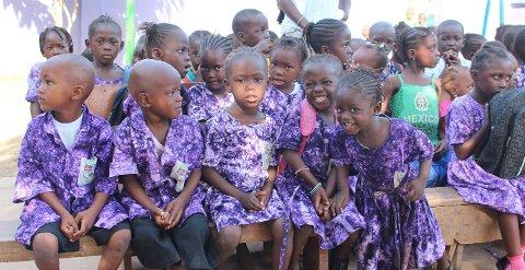 INNSAMLING: Torsdag har de humanistiske konfirmantene bøsseaksjon i Mosjøen. Pengene går til vefsningenes egen skole i Gambia. Foto: Asbjørg Sande