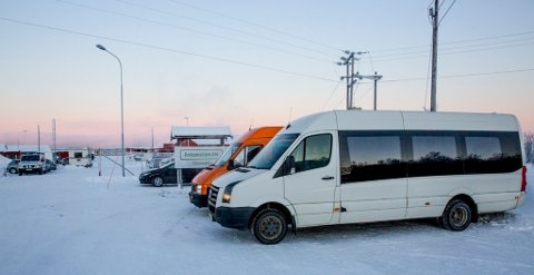Kirkenes, NOR 20160121. To russiske mimibusser tok torsdag oppstillig utenfor Vestleiren i Kirkenes der 30 asylsøkere etter planen skal sendes til Russland torsdag. Foto: Jan-Morten Bjørnbakk / NTB scanpix