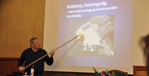 Informerte: Havnefogd Leif Gustav P. Olsen informerte Nordkapp kommunestyre om hvilke planer som foreligger for et bunkers og industriområde i Kobbhullet. Saken ble vedtatt med to stemmer imot. Dermed er investeringen et faktum, og næringslivet i Nordkapp jubler.