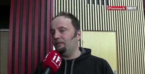 TV-stjerne Svein Vegar Lyder mener at folket nå må bruke energien på å diskutere prosenter. iFinnmark sendte direkte fra før og under folkemøtet med Per Sandberg (Frp) torsdag kveld.