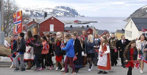 2017: Så mye snø var det i fjellene i bakgrunnen på årets 17. mai i Kjøllefjord.