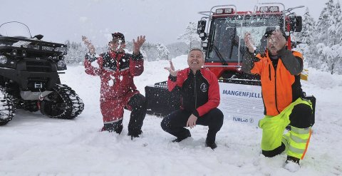 ENDELIG: Knut Katralen (t.v.), Carl Fredrik Havnås og Jan Kristian Heggdedal i Mangenfjellet turlag  gleder seg over snøfallet som gir flotte løyper både på Mangen og alle andre steder. Foto: Øivind
