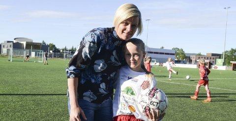 PÅ BANEN: Mamma Elene har nok et og annet godt råd å komme med når datteren Elise spiller fotball. Foto: Jarle Pedersen