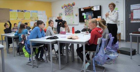 LÆRER FOR EN DAG: Ordfører Kari Anne Sand tok over undervisningen i klasse 5B. Hun lærte elevene om skatt, økonomi, lokalsamfunnet og politikk.