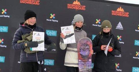 TIL TOPPS: KIF-jenta Tina Hjalland jubler for seier i yngre juniorklassen. Klubbvenninnen Thea C. Rue (t.h.) ble nummer tre. FOTO: PRIVAT