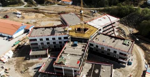 HELSEHUSET: Her kan du se arbeidet med det nye helsehuset i Lyngdal, sett fra luften.