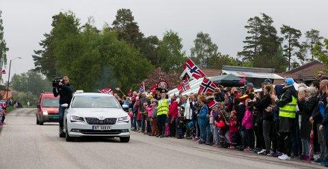 FOLKEFEST OG GODT TV: Det var stor stemning da Tour of Norway passerte gjennom Saltnes i 2016.