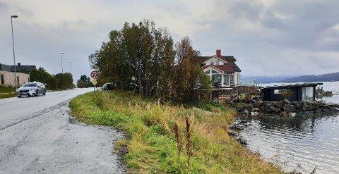 NESTEN FERDIG: Frank Øynes begynte å bygge badstua i fjor, men måtte avslutte arbeidene. Nå kan det gå mot politisk klarsignal til fullføring.