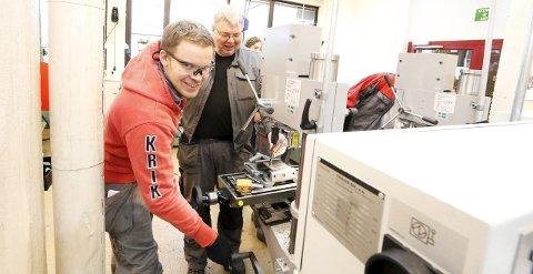 GOD VEILEDNING: NMBU-student Magne Seland fra Kragerø og lærer Endre Grøtvik ved Ås videregående skole.   FOTO: STIG PERSSON